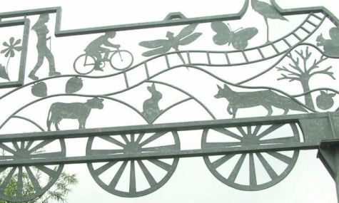 Iron artwork of train found on Strawberry Line cycleway